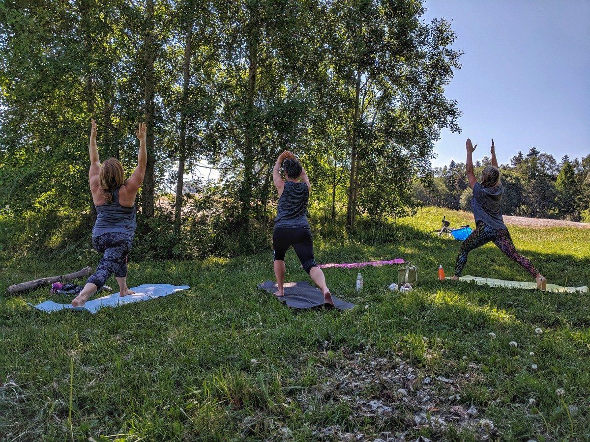 Yoga ute i skuggan